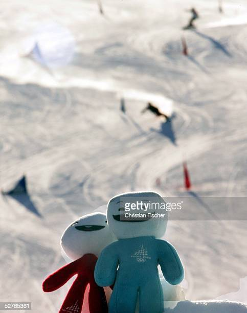 Wintersport/Snowboard : Weltcup 04/05, Bardonecchia, 08.02.05 ;Ein Snowboarder faehrt waehrend des Training neben den Maskottchen Neve und Gliz.