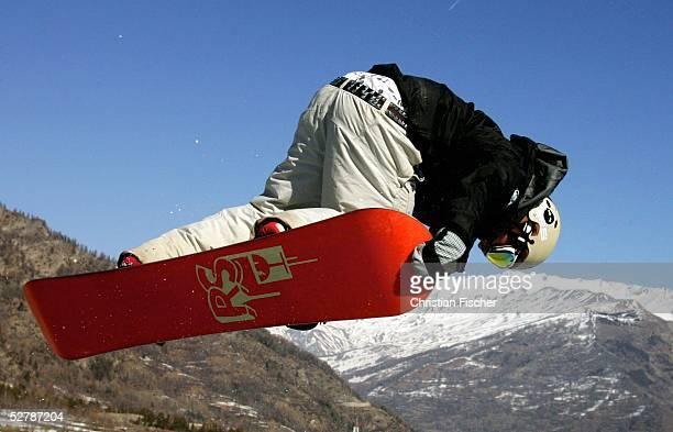 Wintersport/Snowboard : Weltcup 04/05, Bardonecchia, 08.02.05 ;Ein Snowboarder fliegt waehrend des Training durch die Halfpipe ueber dem...