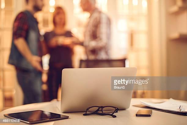Technologie sans fil de la table avec les gens en arrière-plan.