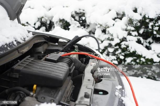 Kabel auf Autobatterie im Schnee