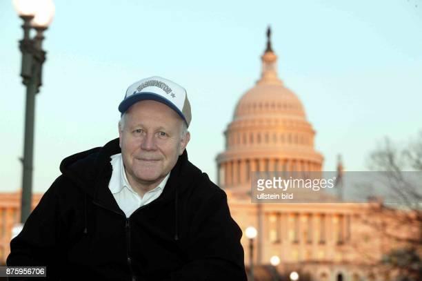Wirtschaftswissenschaftler, Politiker, CDU; D Ministerpräsident von Sachsen Reise in die USA Porträt mit Basecap vor dem Capitol in Washington