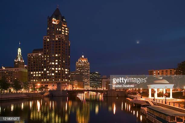 100 e. wisconsin bldg, downtown from riverwalk - ミルウォーキー ストックフォトと画像