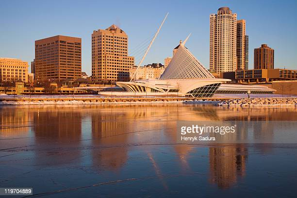 USA, Wisconsin, Milwaukee, City skyline with Art Museum