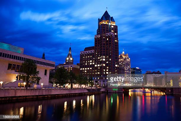 usa, wisconsin, milwaukee, milwaukee river in city center - vilas_county,_wisconsin stock pictures, royalty-free photos & images