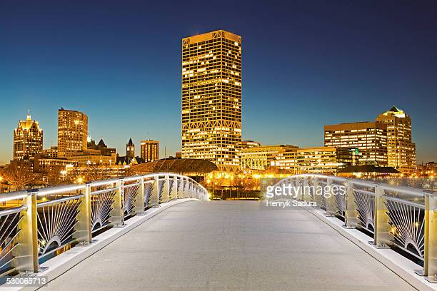 USA, Wisconsin, Milwaukee, Pedestrian bridge with skyline in background