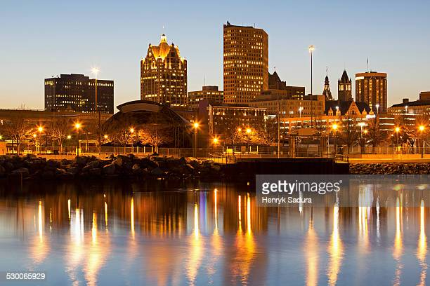 usa, wisconsin, milwaukee, street lights reflecting in lake - milwaukee wisconsin stock photos and pictures
