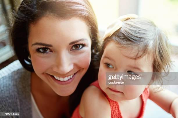 ich wünschte, sie würde diese klein und niedlich für immer bleiben - stay at home mother stock-fotos und bilder