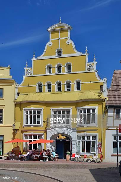 Wismar. In der alten Loewenapotheke befindet sich heute ein sehr beliebtes Cafe