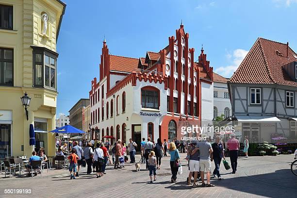 Wismar Strassenszene im Zentrum der Altstadt an der Ratsapotheke