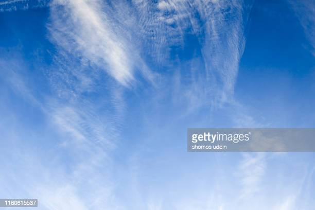 wispy clouds against blue sky - cloudscape stock pictures, royalty-free photos & images