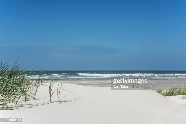 wit strand met blauwe zee en lucht - lucht stock pictures, royalty-free photos & images