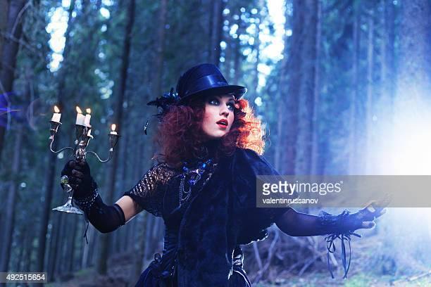 Hexe in den Wald. Halloween-Motiv