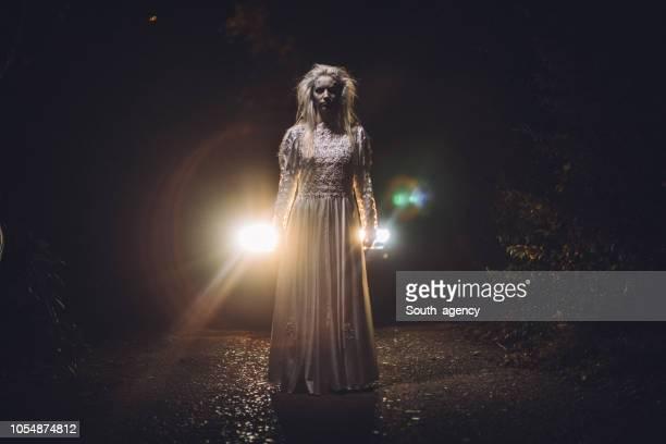 白いドレスを魔女します。