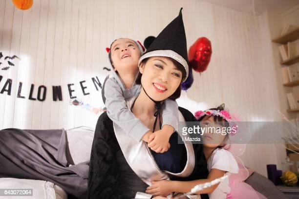 魔女は、ハロウィーン パーティーでマウスをこじつけ。