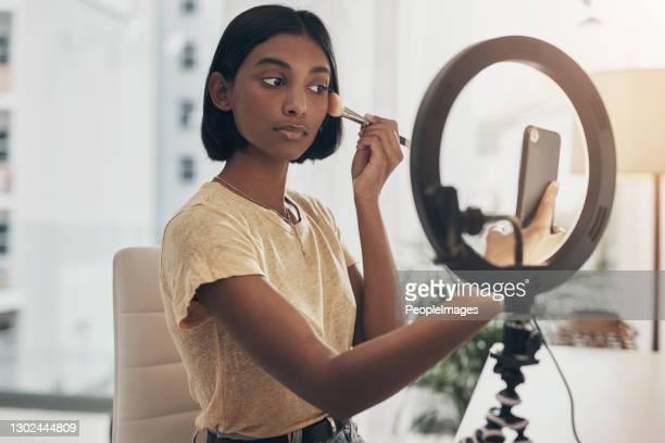 mit einem guten pinsel kommt gutes make-up - öffentlicher auftritt stock-fotos und bilder
