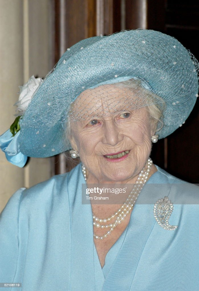 Queen Mother Portrait Smiling Bravely : News Photo