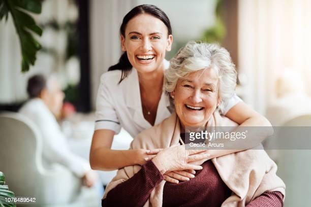 met haar ben ik niet alleen een inwoner, ik ben familie - gezondheidszorg beroep stockfoto's en -beelden