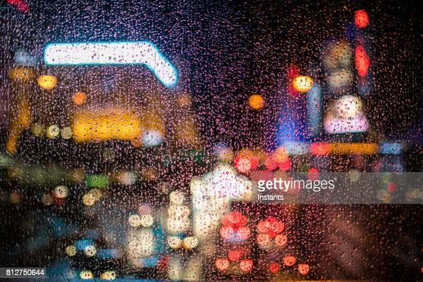 フォア グラウンドのフォーカスを持つ有名なラスベガス大通りを見ては雨 12 月の夜、ストリップと呼ばれます。