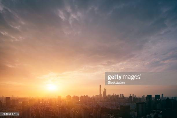 with the sunshine and clouds above the horizon - avondschemering stockfoto's en -beelden