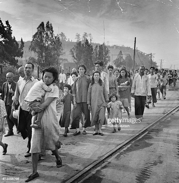 With the United Nations forces going over to the offensive in Korea, 'Picture Post' sends cameraman Bert Hardy to record the latest movements of...