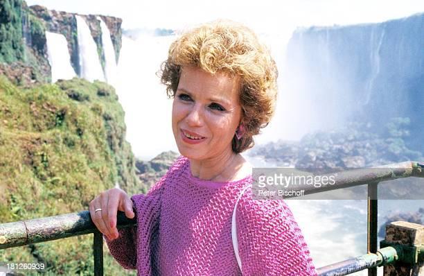 Witta Pohl neben den Dreharbeiten zur ZDFReihe Traumschiff Folge 15 Brasilien Episode 13 IguacuWasserfälle im Dreiländereck Brasilien Argentinien und...