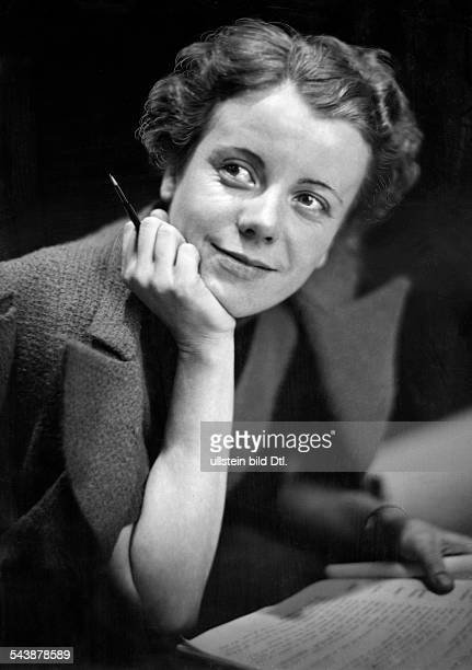 Witthauer Charlotte Actress Germany* Photographer Curt Ullmann Published by 'Sieben Tage' 01/1939Vintage property of ullstein bild