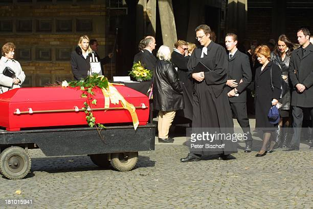 Witwe Gisela Mauritius Sohn Gero Mauritius Trauerzug Beerdigung von Gunther Philipp Köln Friedhof Melaten Pastor Sarg rot knallrot Beisetzung...