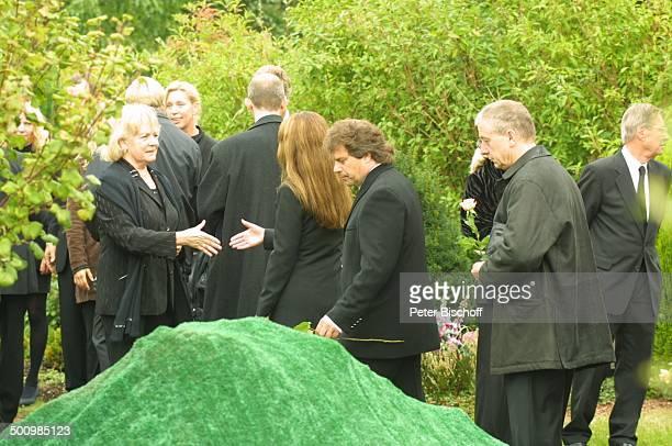 Witwe Ulla Norden Birgit Borg Ehemann Andy Borg Beerdigung von Günter Ilgner Köln Friedhof ErfstadtLechenich am Grab Beileid bezeugen kondolieren...