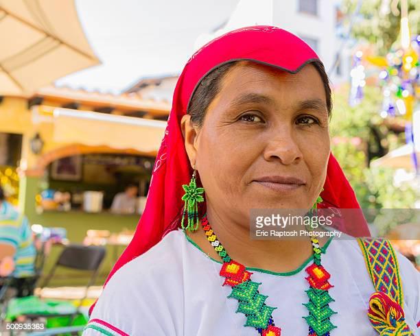 wixaritari women in traditional dress - indigenas mexicanos fotografías e imágenes de stock