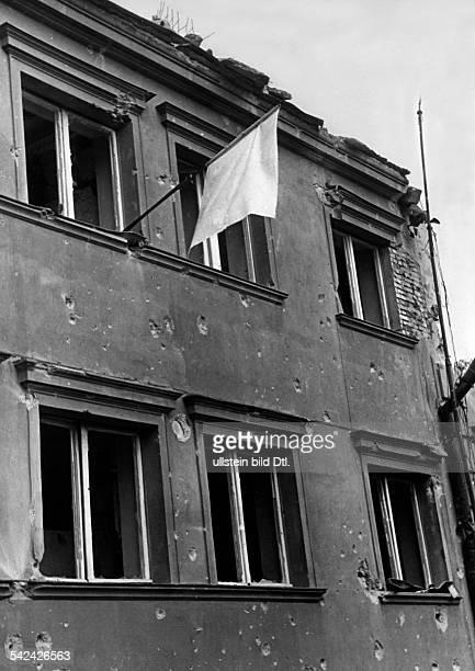 2 WKDie Besatzung der Westerplattekapituliert aus dem Fenster eineszerstoerten Hauses haengt eine weisseFahne September 1939