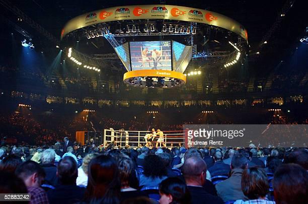 Kampf im Halbschwergewicht Hamburg Dariusz MICHALCZEWSKI/POL Derrick HARMON/USA Uebersicht Boxring/Color Line Arena
