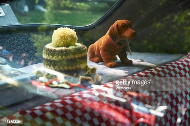wobbler and crochet cover in vintage car, adenauer mercedes 300 - deutsche kultur stock-fotos und bilder