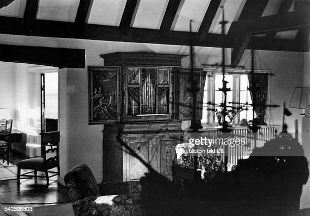 WohnraumSüddteutsche Hausorgel mitgemalten TafelfüllungenArchitekt Otto Firle 1933Erschienen in Dame 28/1933Fotografie Rolf Mahrenholz