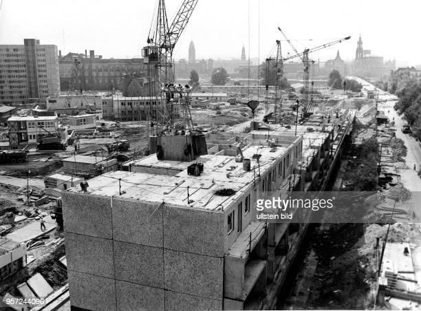 Wohnungsbau in Dresden an der Straße der Befreiung in DresdenNeustadt werden Plattenbauten vom Typ WBS 70 errichtet aufgenommen im Sommer 1977 Im...