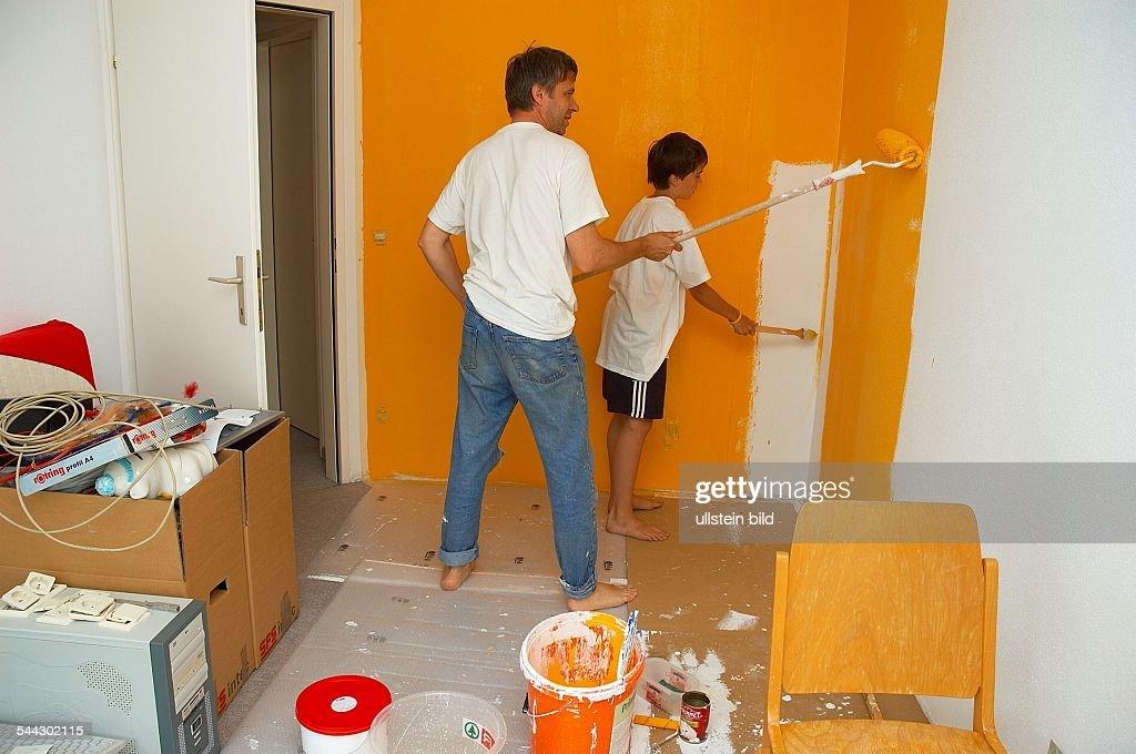 Wohnungsrenovierung Vater Und Sohn Streichen Ein Zimmer Orange