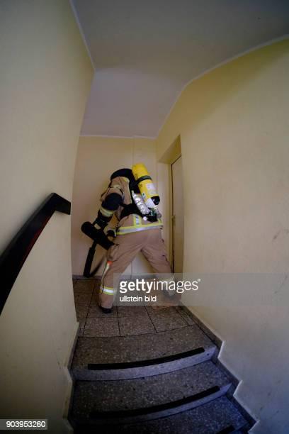 Wohungskonstrolle anliegender Wohnungen Berliner Feuerwehr bei Löscharbeiten bei einem Wohnungsbrand in der Soldiner Straße in BerlinWedding vier...