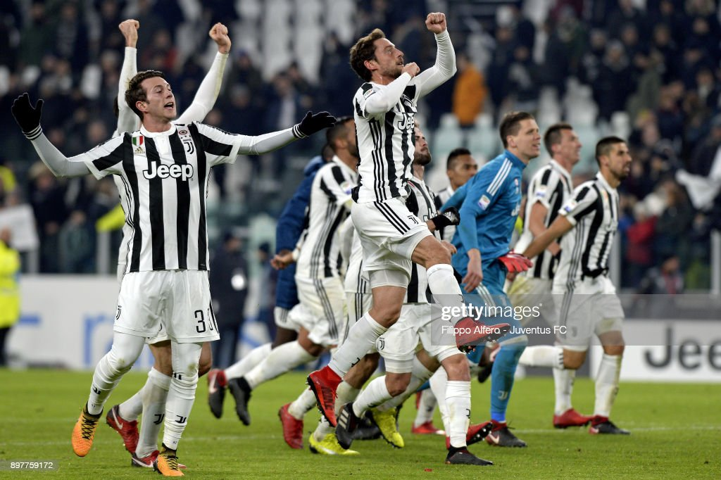 Wojciech Szczesny and Juventus players celebrate the victory at the end of the serie A match between Juventus and AS Roma at Allianz Stadium on December 23, 2017 in Turin, Italy.