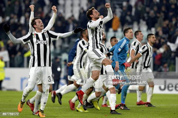 Wojciech Szczesny and Juventus players celebrate the victory at the end of the serie A match between Juventus and AS Roma at Allianz Stadium on...