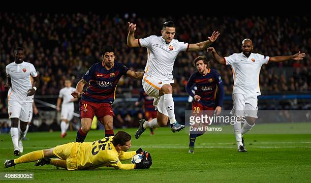 Wojciech Szczesny of AS Roma dives on the loose ball during the UEFA Champions League Group E match between FC Barcelona and AS Roma at Camp Nou on...