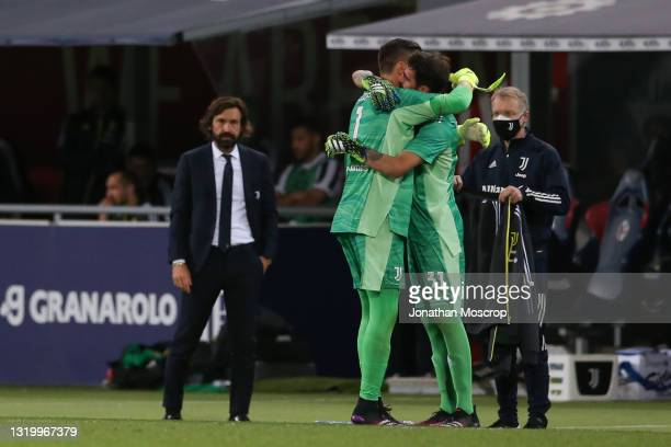 Wojciech Szczesny of Juventus embraces team mate Carlo Pinsoglio as he is reaplced as a second half substitute during the Serie A match between...