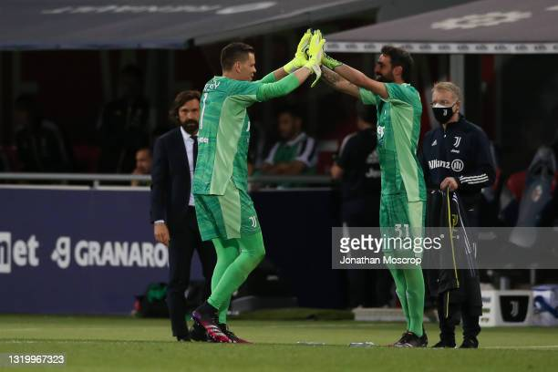 Wojciech Szczesny of Juventus is substituted for Carlo Pinsoglio during the Serie A match between Bologna FC and Juventus at Stadio Renato Dall'Ara...
