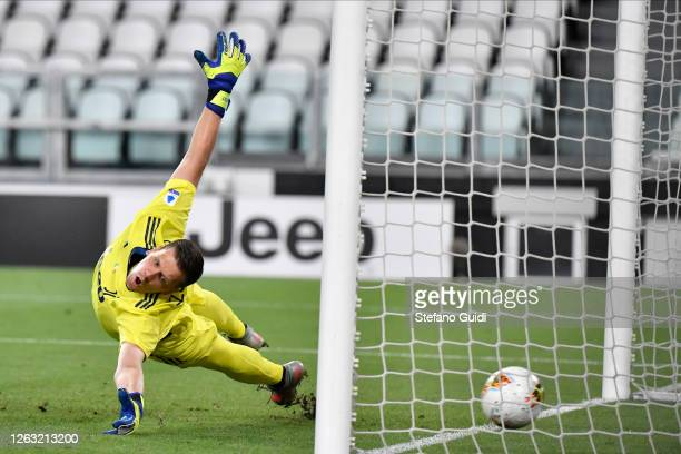 Wojciech Szczsny of Juventus FC does not save a penalty kick of Diego Perotti of AS Roma during the Serie A match between Juventus and AS Roma at...