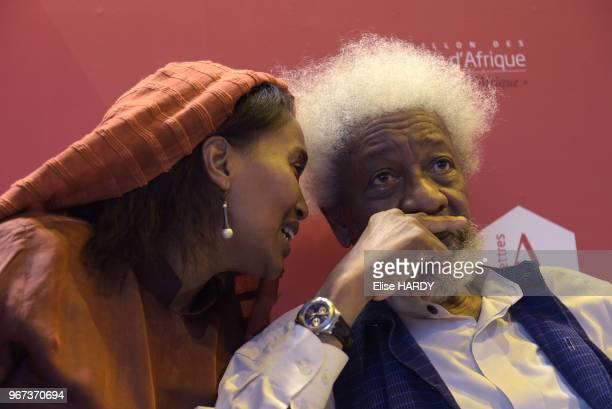 Wole Soyinka écrivain prix nobel de la littérature en 1986 et son interprète lors du Salon du Livre le 25 mars 2017 à Paris France
