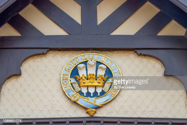 wolferton station royal coat of arms - jarretel stockfoto's en -beelden