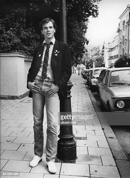 Wolfgang Fierek * Schauspieler Sänger DPorträt an einer Straßenlaterne lehnend 1978
