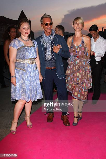 Wolfgang Joop Mit Tochter Florentine Und Assistentin Alexandra Helling Bei Der Escada Pink Party Bei Der Mercedes Benz Fashionweek Bodemuseum In...