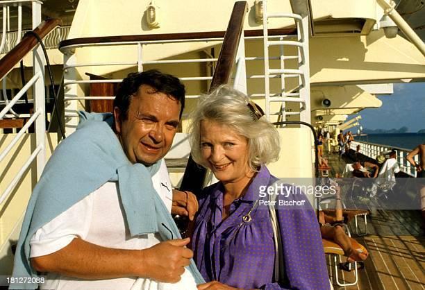 Wolfgang Kieling Elisabeth Wiedemann ZDFReihe Traumschiff Folge 2 Karibik/Barbados MS Vistafjord Schiff Kreuzfahrtschiff Kreuzfahrt Deck Sonnendeck...