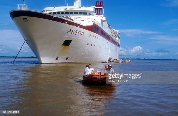 Wolfgang Kieling Maria Schell Dreharbeiten zur ZDFReihe Traumschiff Folge 12 Brasilien Südamerika MS Astor Schlauchboot Boot Kreuzfahrtschiff Schiff...