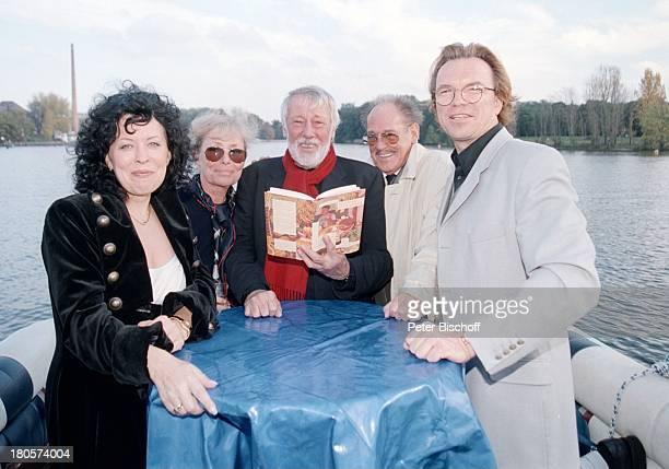 """Wolfgang Lippert, Herbert Köfer, Dietmar;Schönherr, Ehefrau Vivi Bach, Braut Heike;Knochee, Hochzeit, Fahrt zum Restaurant;""""Seeresidenz"""", Schiff von..."""