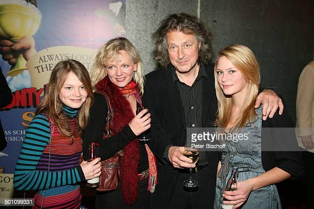 """Wolfgang Niedecken , Ehefrau Tina Golemjewski, Töchter Isis-Maria und Joana-Josephine, Premiere Musical """"Monty Pythons Spamalot"""", Kölner Musical..."""